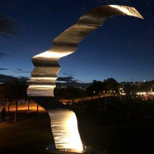 Angestrahlte Mother Earth Skulptur in Bonn am Bonner Bogen