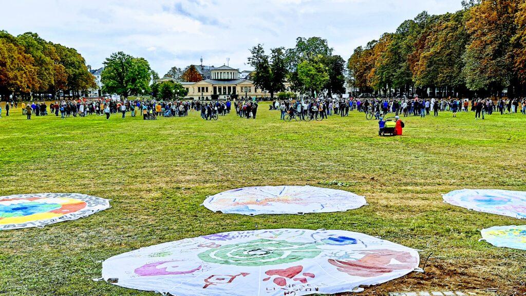 Bonner Schulen, Initiativen und Künstler*innen  Spielfallschirme zur Rettung der Erde bemalt. Eine Auswahl wurde bei der FFF Demo am 25.09.2020 im Hofgarten präsentiert